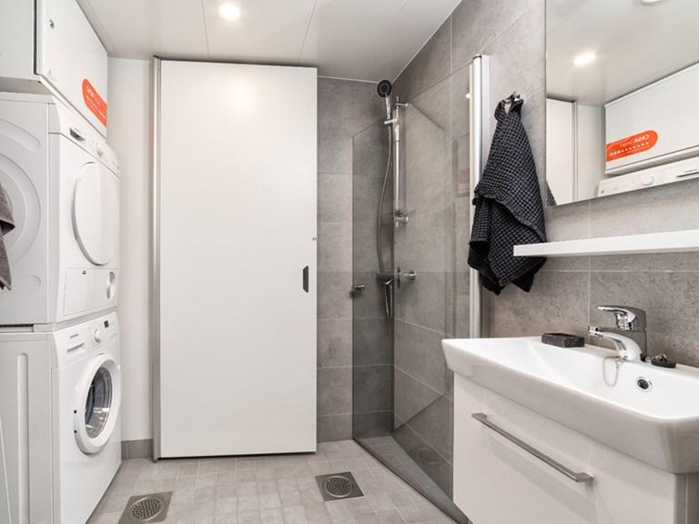 IV-kone kylpyhuoneessa.